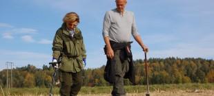 Dronningen fikk opplæring av formannen i Norges Metallsøkerforening, Per Kristian Bjor