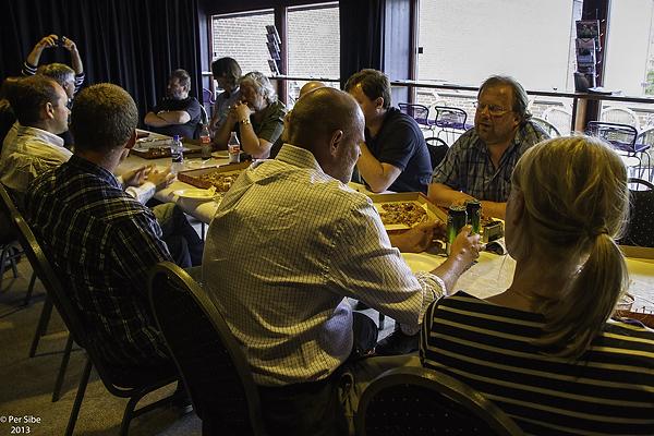 Mat, drikke og sosialt samvær etterGokstadprosjektet (Foto Per Sibe)