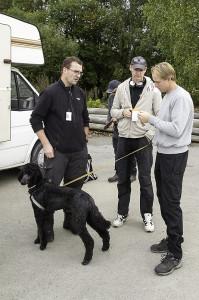 Detektorførere Thomas Hansen og Kjetil Hagen i samtale med Arkeolog Lars (Foto:Per Sibe)