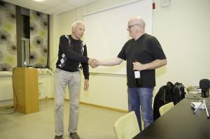 Nestleder i Norges Metallsøkerforening takker Morten Bilet for en lærerik kveld (Foto:Per Sibe)