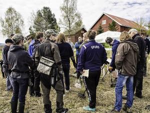 Formann Fjeld tegnet og forklarte (Foto: Per Sibe)