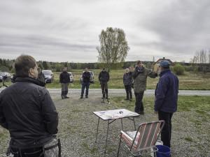 Per Erik Gjesvold fra Østfold fylkeskommune instruerer troppene. (Foto: Per Sibe)