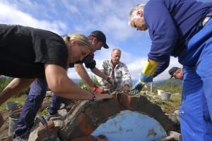 På Bjørkheimstølen i Valdres holdes kurs i bygging av bakerovn. Gammel kunnskap blir tatt vare på og videreført til flere ildsjeler. Foto: Marit Bendz©Riksantikvaren