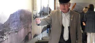 Historielagene er en av de organisasjonene som nå skal underlegges «Kunstfaglig skjønn». Eliseus Rønhaug fra Salangen Historielag guider i fotoutstillingen til Regionmuséet i Sjøvegan.